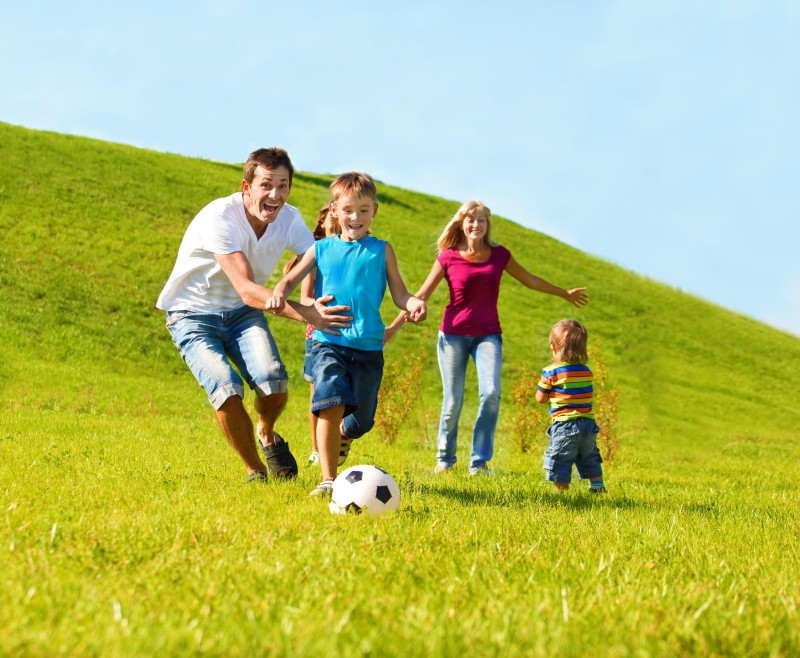 семья играит в футбол